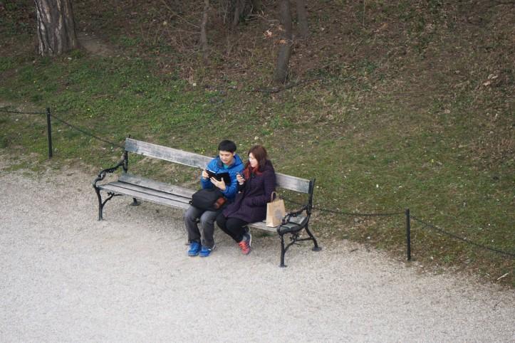 Setelah ngambil beberapa foto, mereka duduk dan mungkin membahas atau memposting hasil jepretannya. Live report.
