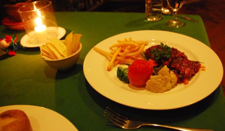 Dinner yang fotonya agak gak blur, yang lain gagal total