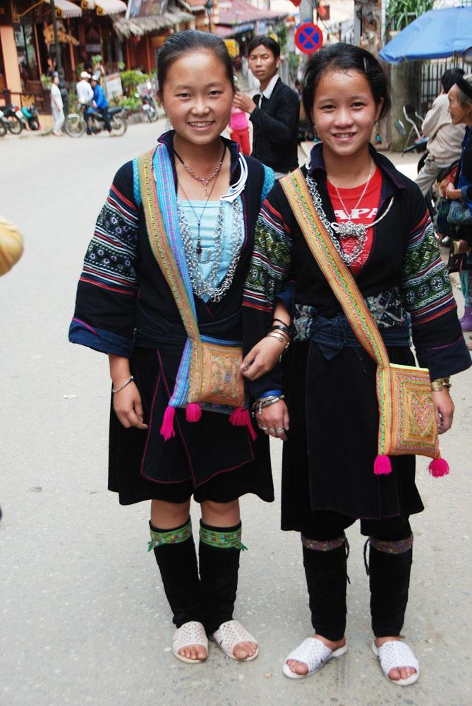 2 remaja yang baru pulang dari pasar. liat kaus kakinya karena udara cukup dingin, mereka selalu menggunakan kostum seperti itu