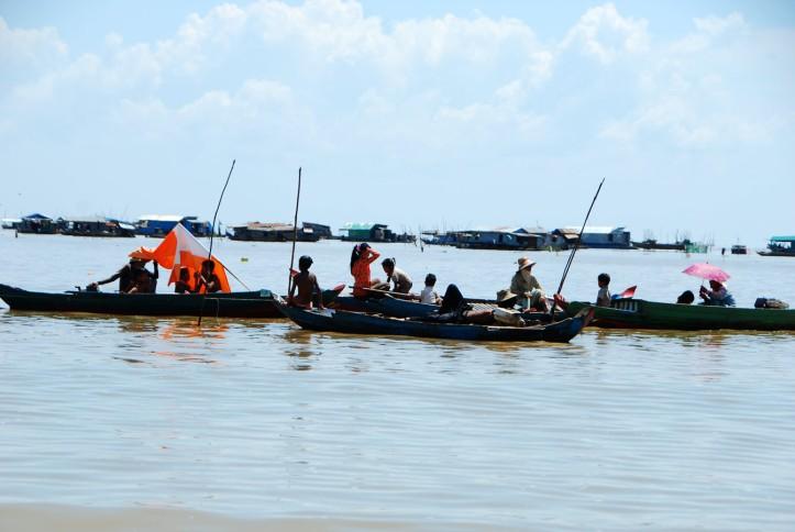Tonle Sap Cambodia. Sebagian kapal yang menjual dagangan dengan cara menghampiri kapal-kapal turis. Mirip di Lok Baintan Indonesia