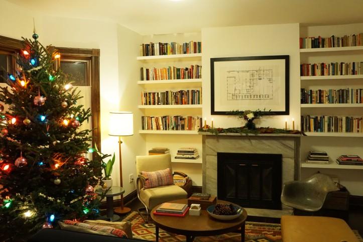 Ruang tamu yang hangat dengan perapian