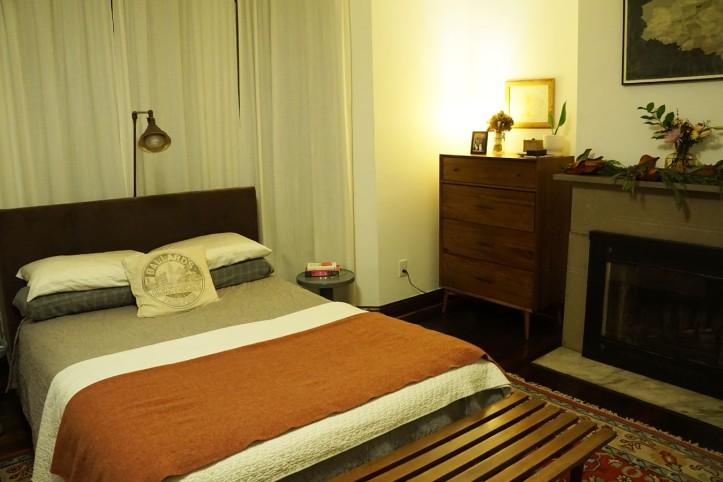 Tempat tidur utama yang jadi perhatian kita adalah sarung bantal bertuliskan Pullman