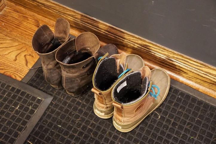 SEpasang boots milik mereka. Lihat merk nya TOMS