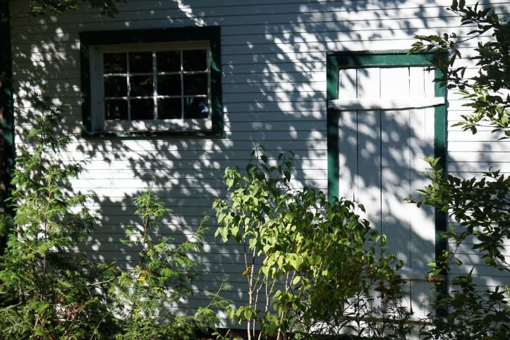 Saya suka sekali warna pintunya hijau dengan putih cantik