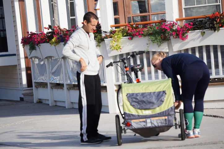 Satu keluarga muda yang lagi diskusi tentang gimana caranya membawa si bocah yang nangis didalam kereta haha
