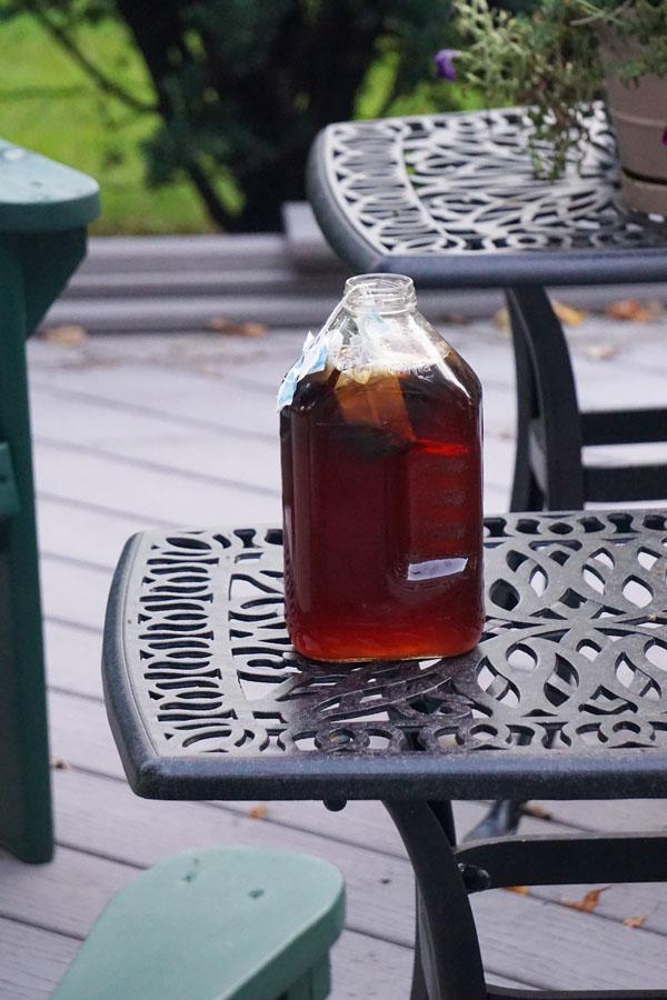 Orang tuanya Matt suka sekali buat sun tea. Rasanya juga enak banget.