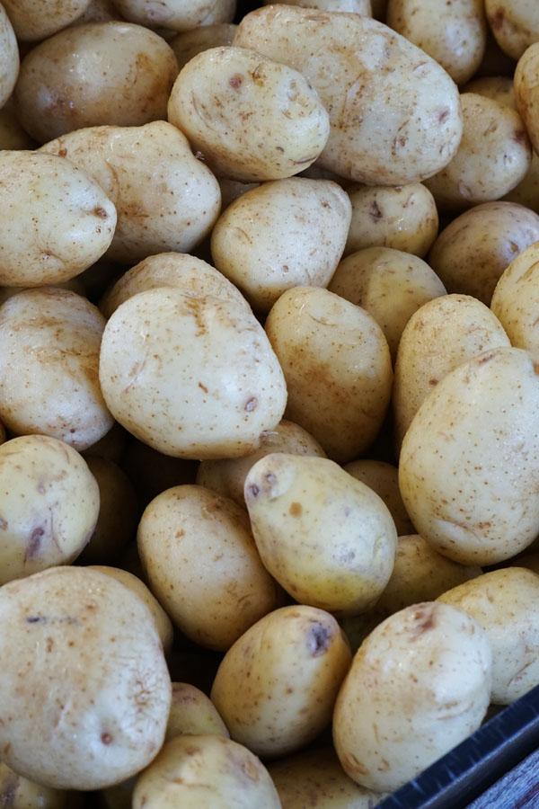 one potato two potato :) Salah satu sayuran yang saya suka banget. Gak bisa terbayangkan kalau gak ada kentang di dunia pasti suram deh :)