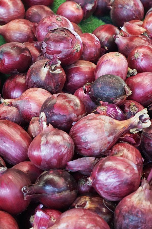 Saya gak tau apakah bawang merah ini sama jenis dengan bawang merah di Indonesia. Yang paling terlihat beda adalah ukurannya yang gede banget