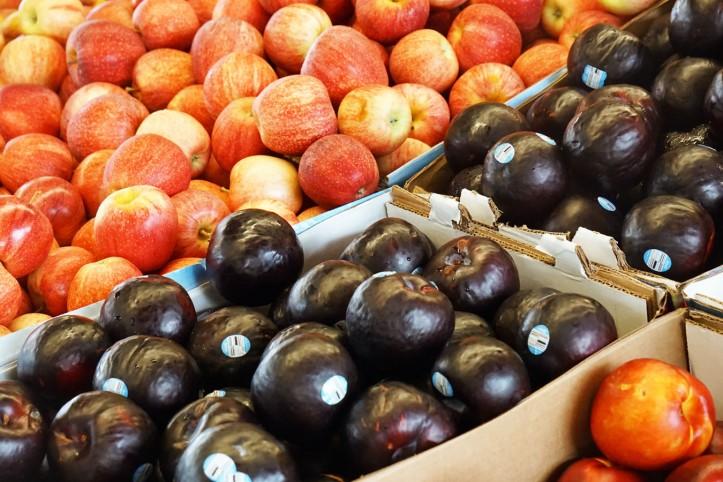 Plum Biasanya di Medan kita kalau beli Plum pake nangis karena mahal banget. Disini semua buah yang kita makan kecuali semangka agak dihindari karena Plum lebih murah haha.
