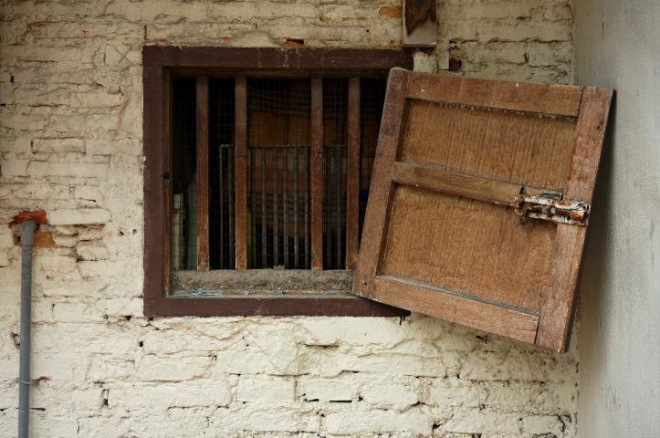 Jendela kayu yang entah bagaimana dibiarkan rusak