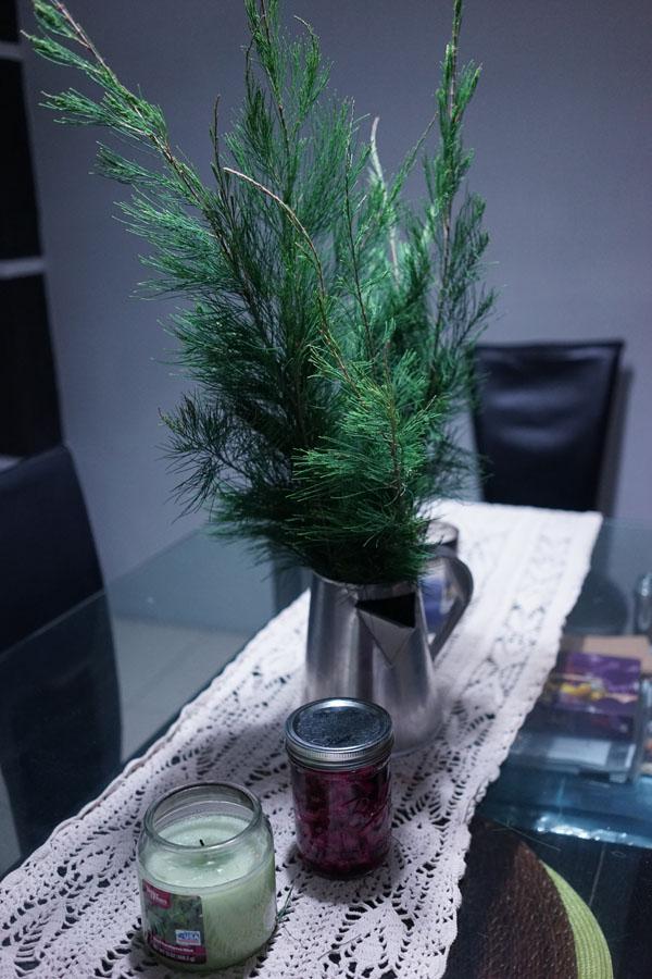 Sisa daun yang jadi hiasan meja dimasukin di vas ternyata bagus juga hehe. Oya itu ada acar didalam jar yang dibawa bosnya Matt
