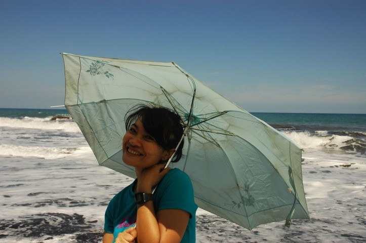 Seperti layaknya cewek-cewek Indonesia yang ke Pantai, harus pake payung hahaha